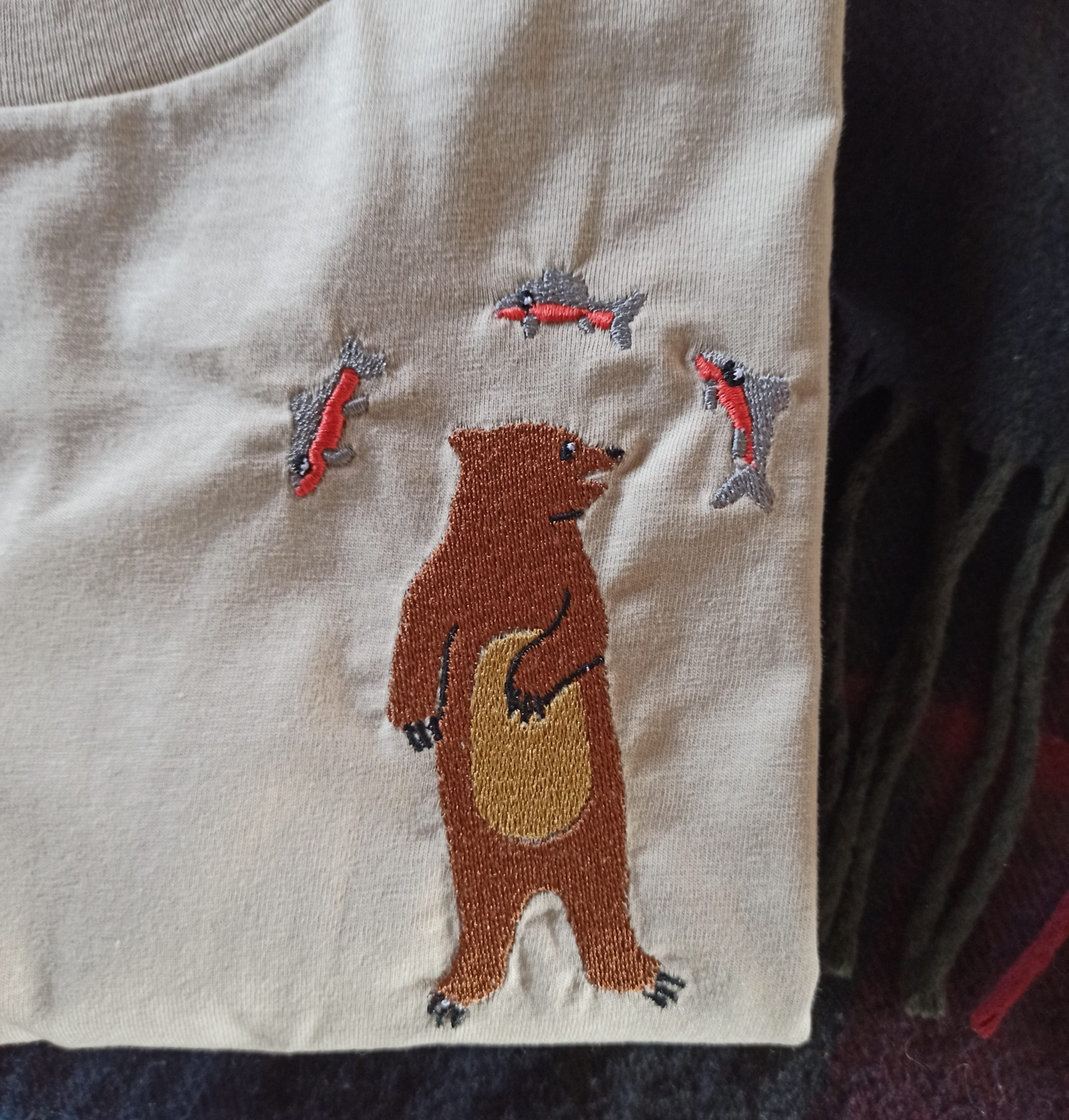 Broderie ours et saumons